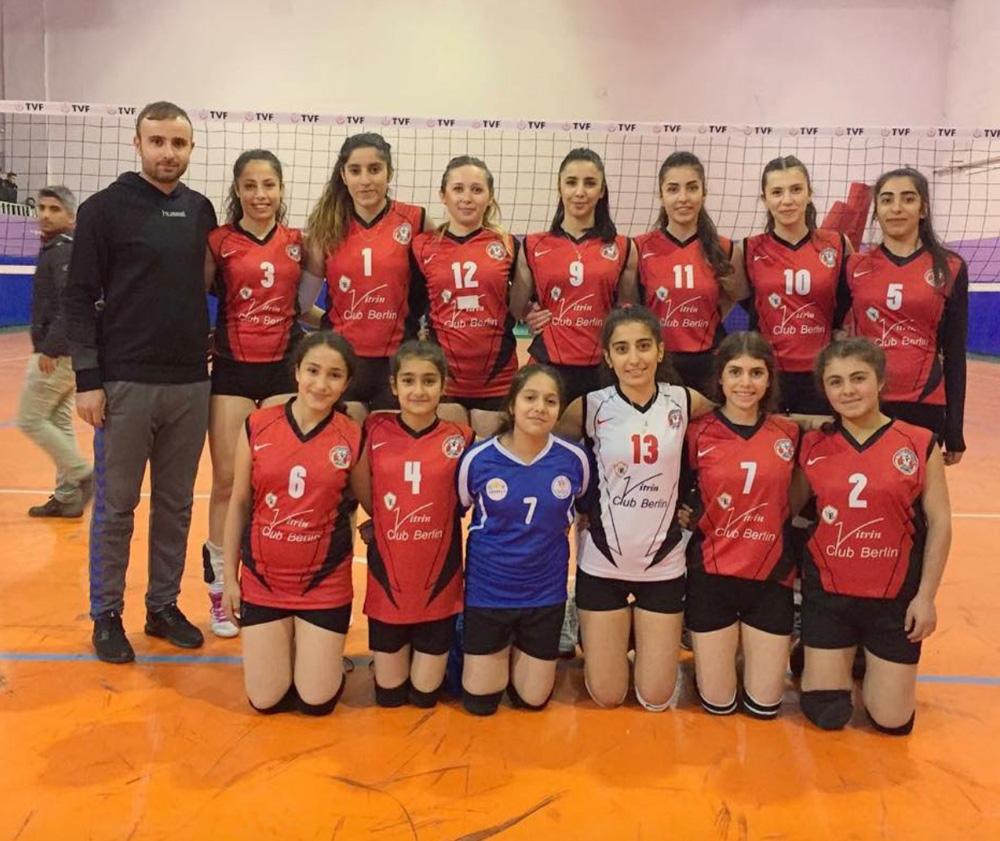 Prof. Vahit Özmen Ortaokulu voleybol takımı